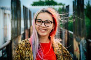kobieta nastolatka zadowolona ze swojego konta